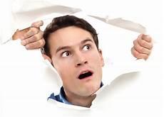 trou peau visage homme homme piaulant par le trou sur le papier photo stock