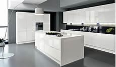 cuisine blanc et noir 85055 cuisine design blanche sans poign 233 es avec 238 lot de chez armony cucine fa 231 ades blanc brillant