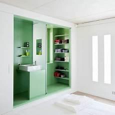placard salle de bain une salle de bain dans un placard pour les petits espaces