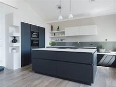 küchen schwarz weiss grifflose wohnk 252 che in schwarz wei 223 leicht mit bora