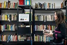 scaffali biblioteca una biblioteca interculturale per l integrazione a roma