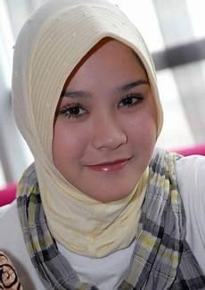 Artis Indonesia Tercantik Memakai Jilbab Gaya Busana Muslim