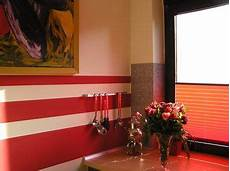 Diese K 252 Che Mit Roten Farbstreifen An Der Wand Passt Zum