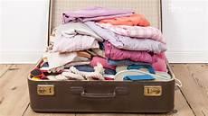 Am Flughafen Warum Wickeln Passagiere Ihren Koffer In Folie