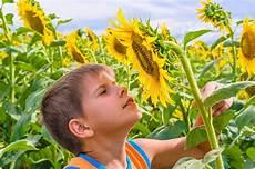 bambino sente l odore di il bambino mette la pillola nella sua bocca fotografia