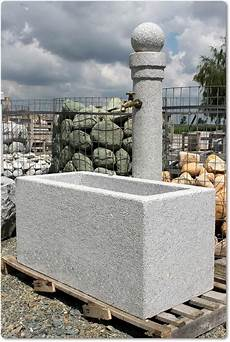 steinkunst im garten steinbrunnen mit kugel steinbrunnen mit kugel