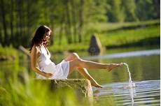 bagno terapeutico donna gode di un bagno terapeutico di aromaterapia