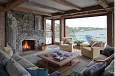 Rustikales Wohnzimmer Kamin Stein Holz Balken Decken In