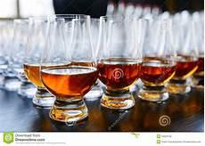 sta su bicchieri vetro o cognac in bicchieri da fotografia stock
