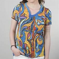 ein extravagantes damen shirt besticht durch seine blau
