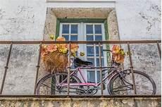 bido costruzioni balcone di pietra antico con i fiori immagine stock