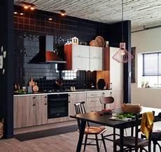 credence carrelage noir la cuisine ouverte ose le noir pour se faire d 233 co