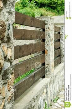 Stein Und Holz Verschalt Zaun Stockbild Bild