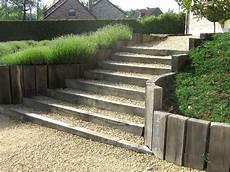 chemin bois jardin escalier et bordures avec traverses de chemin de fer