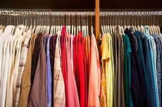 kleiderschrank nach farben sortieren 40 tips for organizing your closet like a pro
