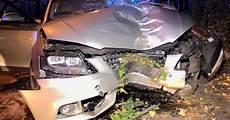 auto ummelden düsseldorf d 252 sseldorf mann f 228 hrt mit auto gegen zaun schwer verletzt
