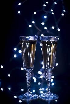 fotos auf glas glas mit chagner auf dunklem hintergrund am nachtklub