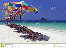 Gratis Malvorlagen Regenschirm Island Feldbett Unter Buntem Regenschirm Auf Dem Strand Stockbild