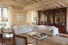 soffitti in legno con travi a vista da cascina a casa chic con travi a vista e soffitti