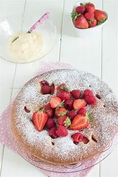 torta margherita con crema pasticcera e fragole torta con crema pasticcera e frutti rossi torta nua con fragole e loni petitpatisserieblog