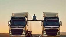 Jean Claude Damme Macht Spagat Zwischen Zwei Volvo