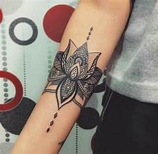 tatto fiori di loto fiore di loto significato come tatuaggio sulla spalla di