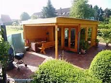 überdachter sitzplatz im garten rustikales und modernes flachdach gartenhaus mit gro 223 em