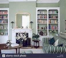 wohnzimmer grün grau wei 223 e regale auf beiden seiten der kamin im wohnzimmer