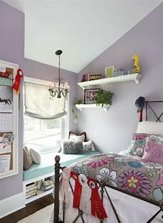 kinderzimmer einrichten dachschräge jugendzimmer mit dachschr 228 ge maedchen lila wand sitzecke