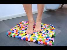 tappeti in feltro come realizzare un tappeto di pompon