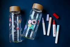 stifte für glas glasflaschen bemalen blumenmuster auf trinkflasche