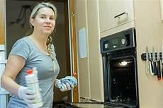 wie bekomme ich meinen backofen sauber tipps zum backofen reinigen hausmittel bis chemische