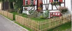 zaun für hanglage holz staketenzaun kundenfoto zaun garten und holzzaun tore