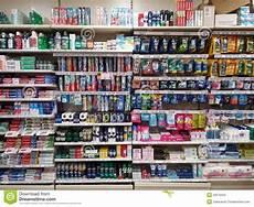 scaffali supermercato scaffali dei cosmetici in supermercato immagine stock