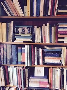 scaffale per libri scaffale libri quasi organizzata