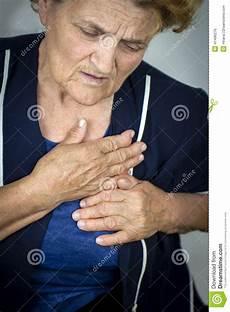 schmerzen in der brust frau 196 ltere frau die schmerz in der brust hat