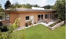 einfamilienhaus passivhaus wahrt ebenerdiges fertighaus im garten hinter einem