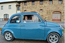 fiat 500 oldtimer driving a vintage fiat 500 around tuscany and