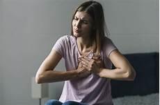 schmerzen in der brust frau portr 228 t einer jungen frau die unter schmerz in der brust
