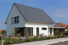 moderne einfamilienhäuser satteldach einfamilienhaus holzhaus satteldach modern carport modern