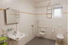 Behindertengerechte Badezimmer Beispiele - behindertengerechtes bad in einem der 5 barrierefreien