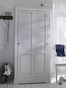 Kleiderschrank Mit Lamellentüren - dieser kleiderschrank aus massiver kiefer besticht durch