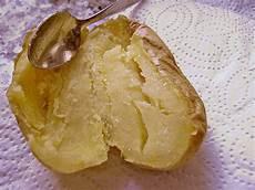 kartoffel in der mikrowelle backkartoffel aus der mikrowelle rezept mit bild