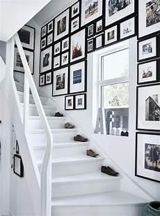 treppenhaus bilder aufhängen ein treppenaufgang an dessen wand viele bilder h 228 ngen u