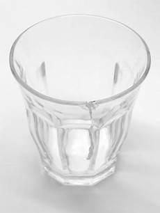 bilder aus glas trinkt ein glas mit riss stockfoto und mehr bilder von