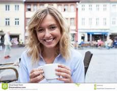 frau liebt frau junge frau mit dem blonden haar liebt kaffee stockfoto