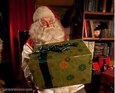 cadeau pere noel photo p 232 re no 235 l donnant un cadeau en laponie en finlande