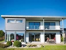 haus mit balkon beliebte hausbautypen und baustile expertentipps meister de
