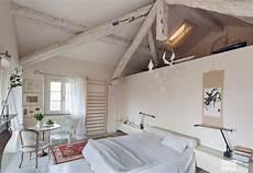 soffitti con travi da cascina a casa chic con travi a vista e soffitti