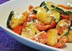 gerichte mit tomaten gebratene gnocchi mit tomate zucchini schafsk 228 se